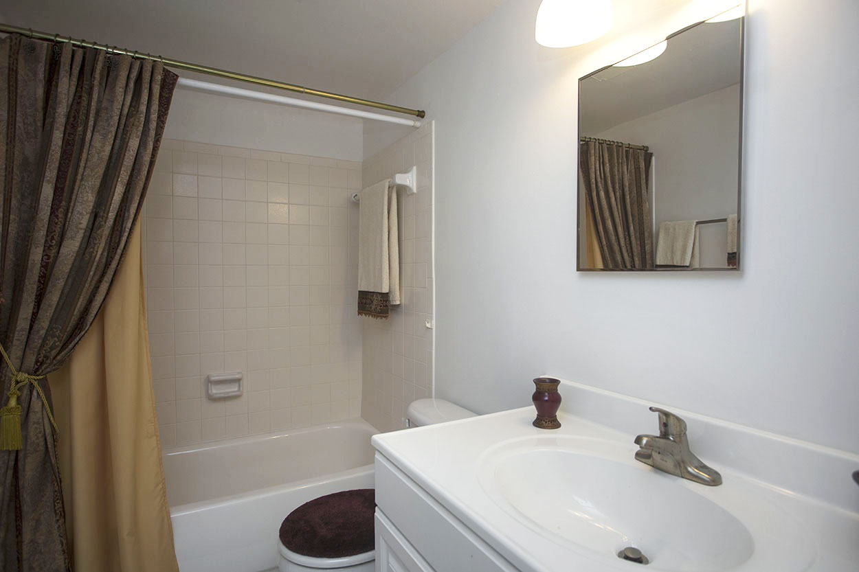 largo-pinellas-clearwater-one-two-bedroom-rental-bathroom.jpg