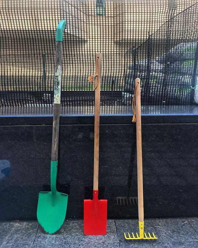 This is seriously the coolest thing to happen to bringing convenience to the workday. Get outside, learn and eat clean!  #gardening #urbangathering #urbangarden #communuityimpact #urban #food #growyourfood #gardentools #chicago #downtownchicago #teamwork #trending #yellowtractor #401northmichigan #cre #commercialrealestate #tenantengagement #outdoors #learning #helping #fun #zellerrealtygroup