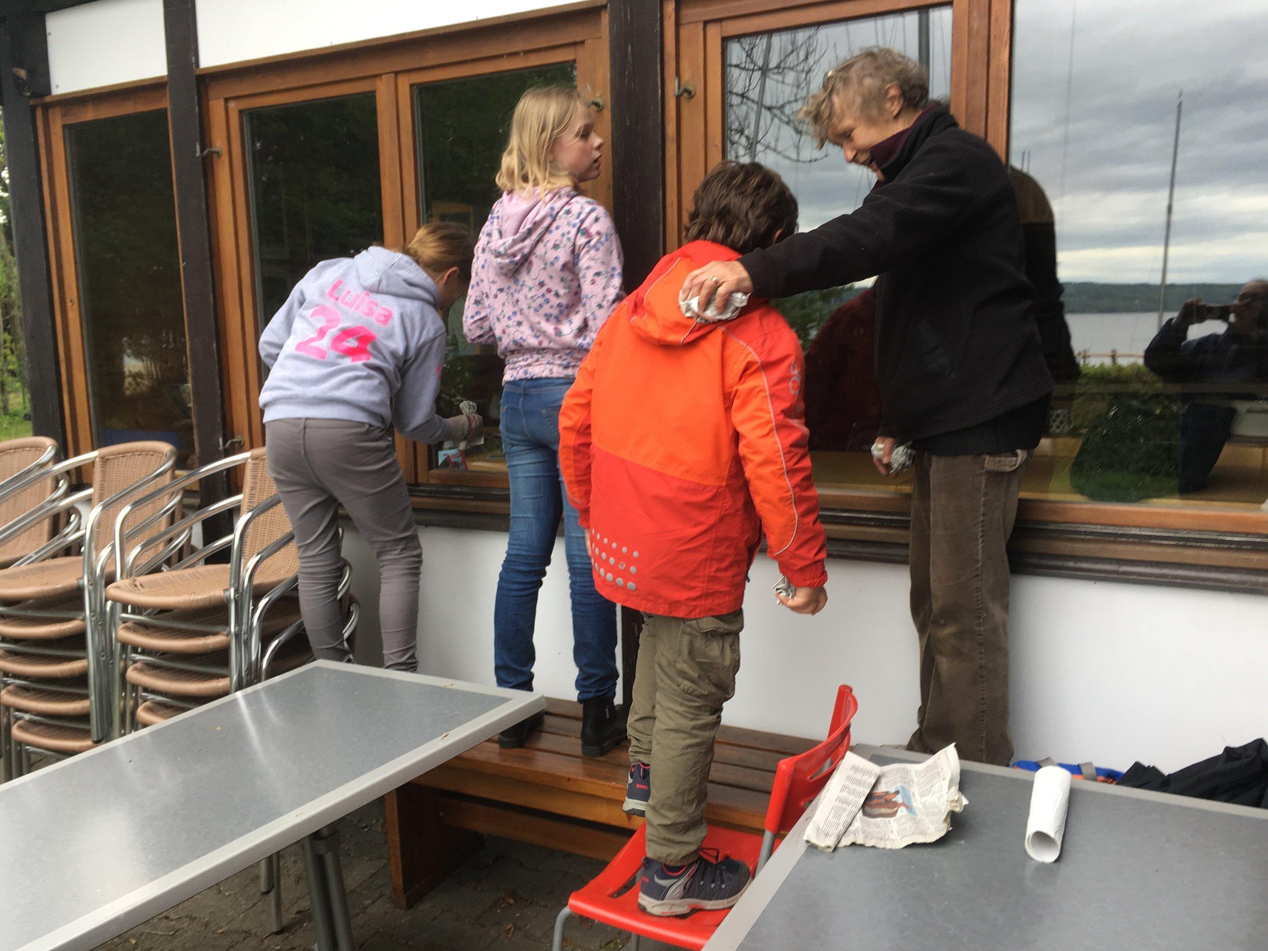Jugend lernt den Erfahrenen_Fensterputzen mit Zeitungspapier_IMG_5550.jpeg