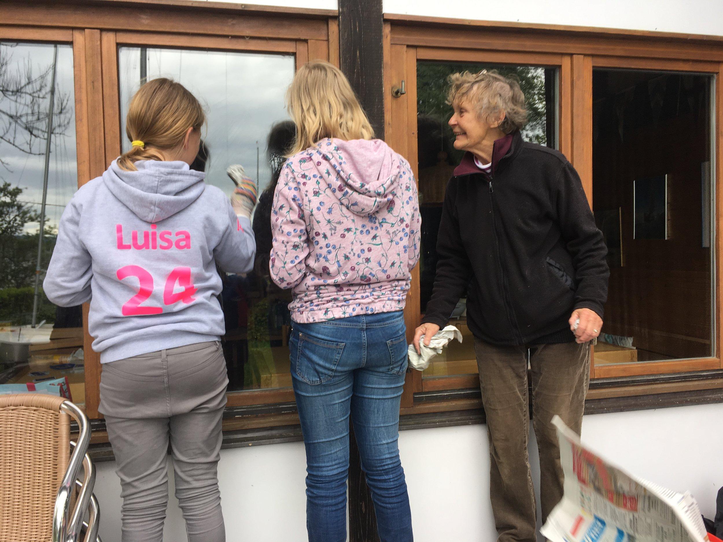 Jugend lernt den Erfahrenen_Fensterputzen mit Zeitungspapier_IMG_5547.jpeg