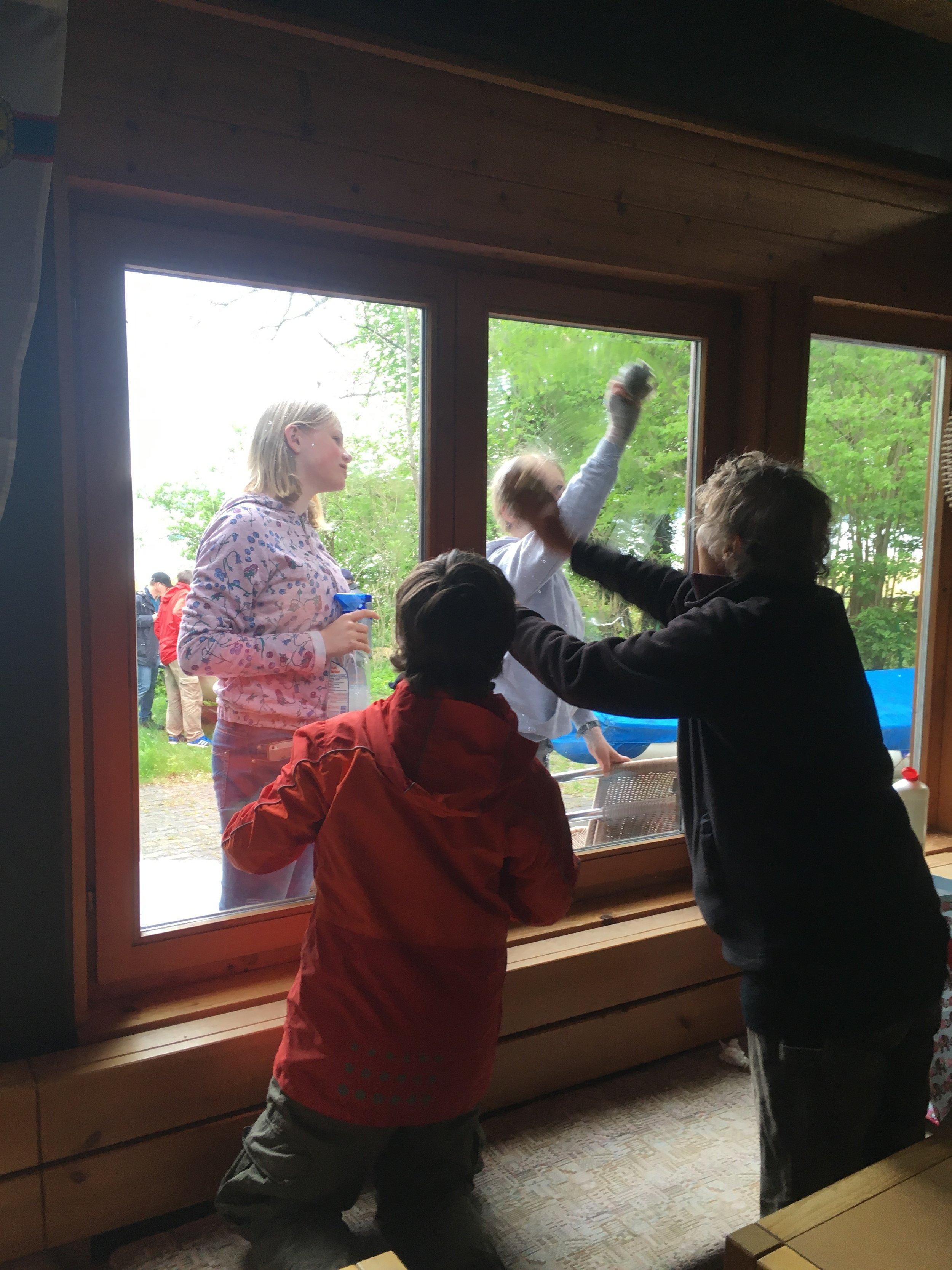 Jugend lernt den Erfahrenen_Fensterputzen mit Zeitungspapier_IMG_5553.jpeg