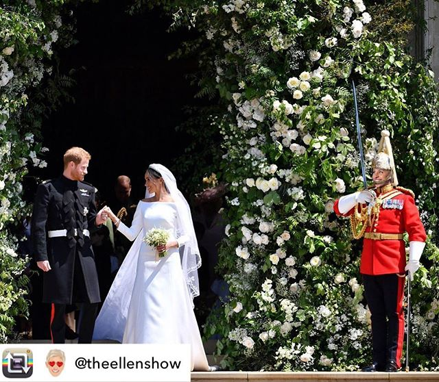 Wow! 😍 Did you see those arches covered in Peonies (Megan's favorite flowers) and White Roses (Princess Di's favorite)?!? Prince Harry also handpicked the flowers for her bouquet from the Kensington Palace gardens. How sweet! #royalwedding p.s. Ellen 😂