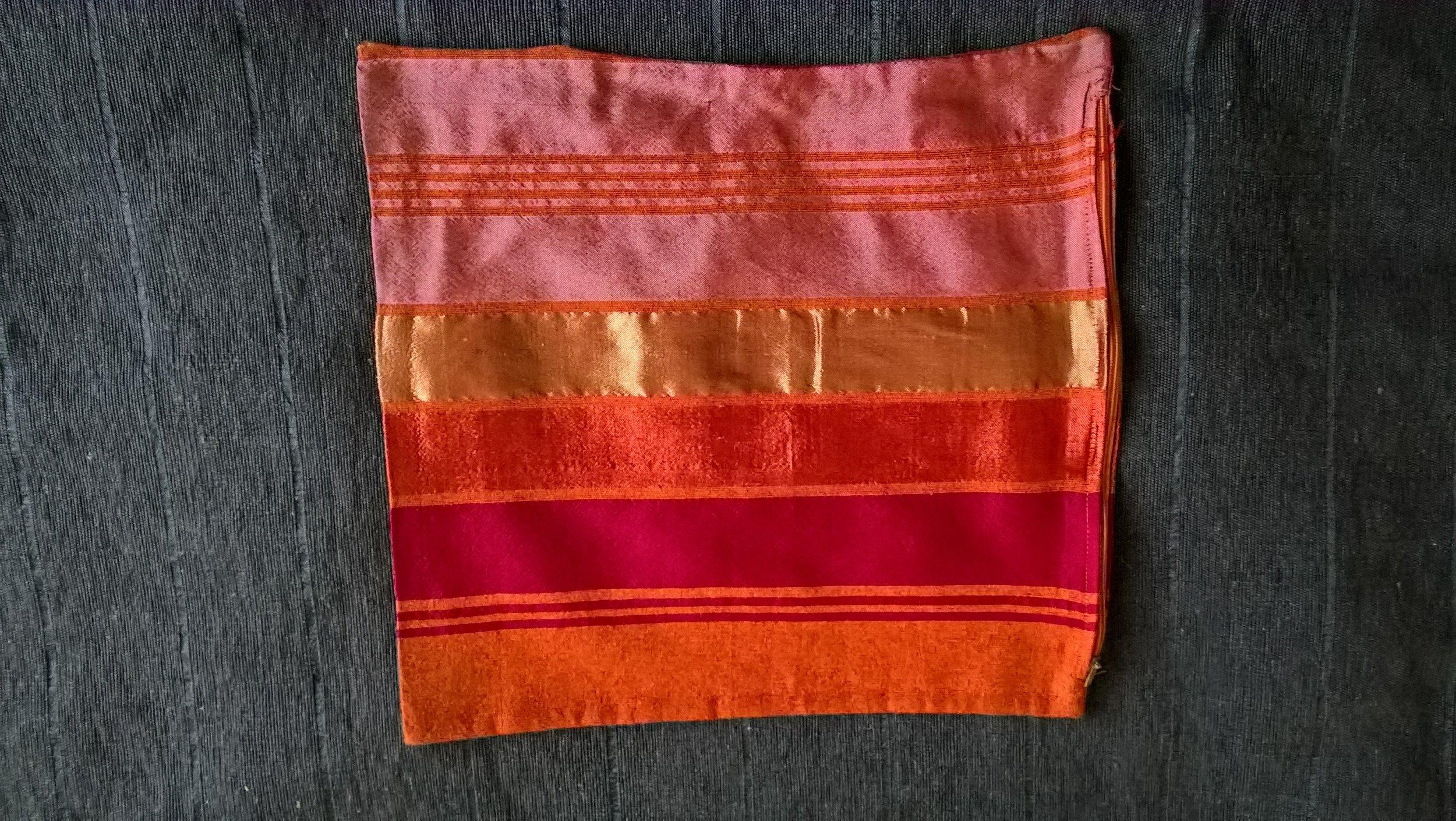Puder i varme friske farver 45 x 45 cm 1 stk. pude med inderpude (dun) kr. 275,- 1 stk. pudebetræk uden inderpude kr. 175,- 3 stk. pudebetræk kr. 450,- (mix gerne) Varenr. P1635-01-orange