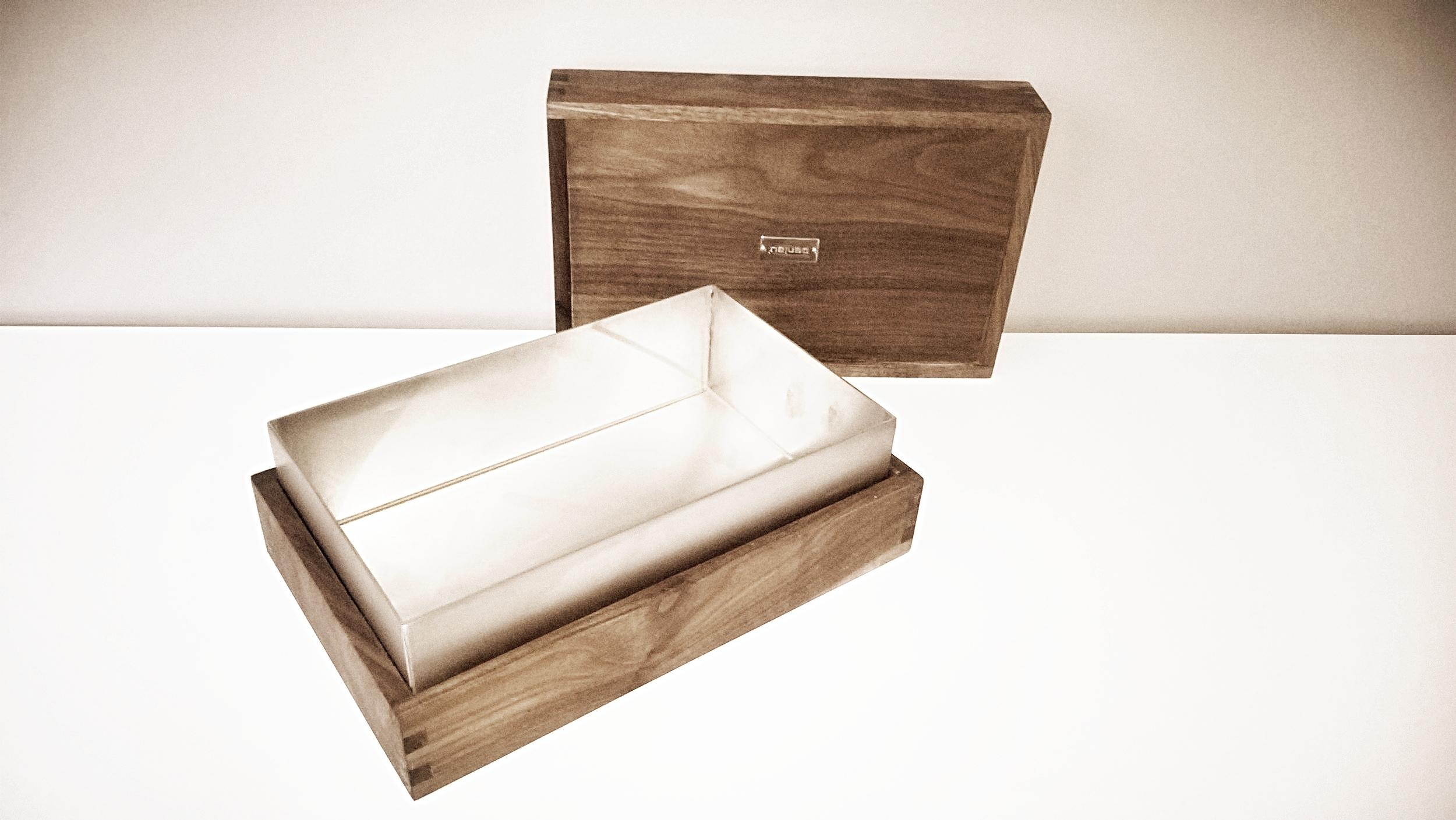 Penlau®  dishbox - large Træ box, olieret valnød 28/18/5 cm (b/d/h) Stål box, børstet rustfrit stål 25,7/15,7/7,5 cm (b/d/h) Låg til box, olieret valnød 28/18/5 cm (b/d/h) Et sæt af 3 dele kr. 1.250,- En del kr. 475,- Varenr. Box3-666-02-large