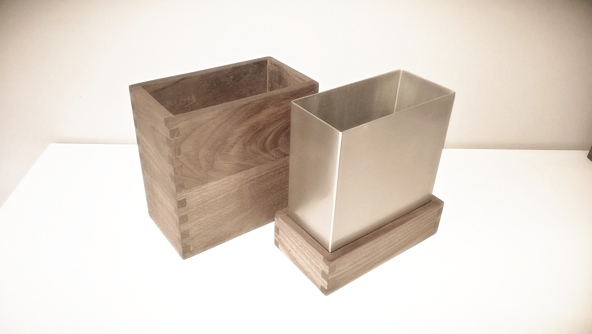 Penlau®  dishbox - medium Træ box, olieret valnød 15,5/12,5/9 cm (b/d/h) Stål box, børstet rustfrit stål 13,2/10,215,5 cm (b/d/h) Låg til box, olieret valnød 15,5/12,5/9 cm (b/d/h) Et sæt af 3 dele kr. 1.000,- Varenr. Box3-888-04-medium