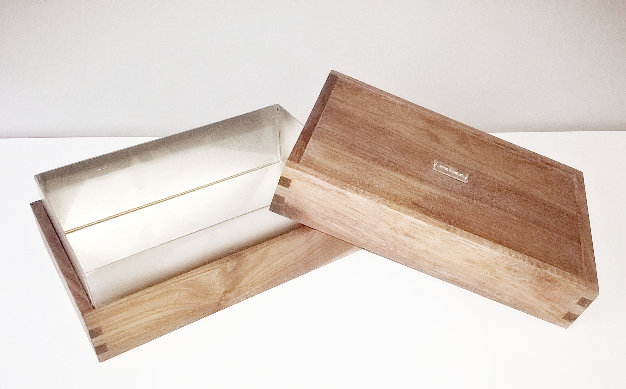 Penlau®  dishbox - extra large Træ box, olieret valnød 38,5/30,5/6 cm (b/d/h) Stål box, børstet rustfrit stål 36,2/28,2//9,5 cm (b/d/h) Låg til box, olieret valnød 38,5/30,5/6 cm (b/d/h) Et sæt af 3 dele kr. 1.650,- En del kr. 650,- Varenr. Box3-777-03-extra large