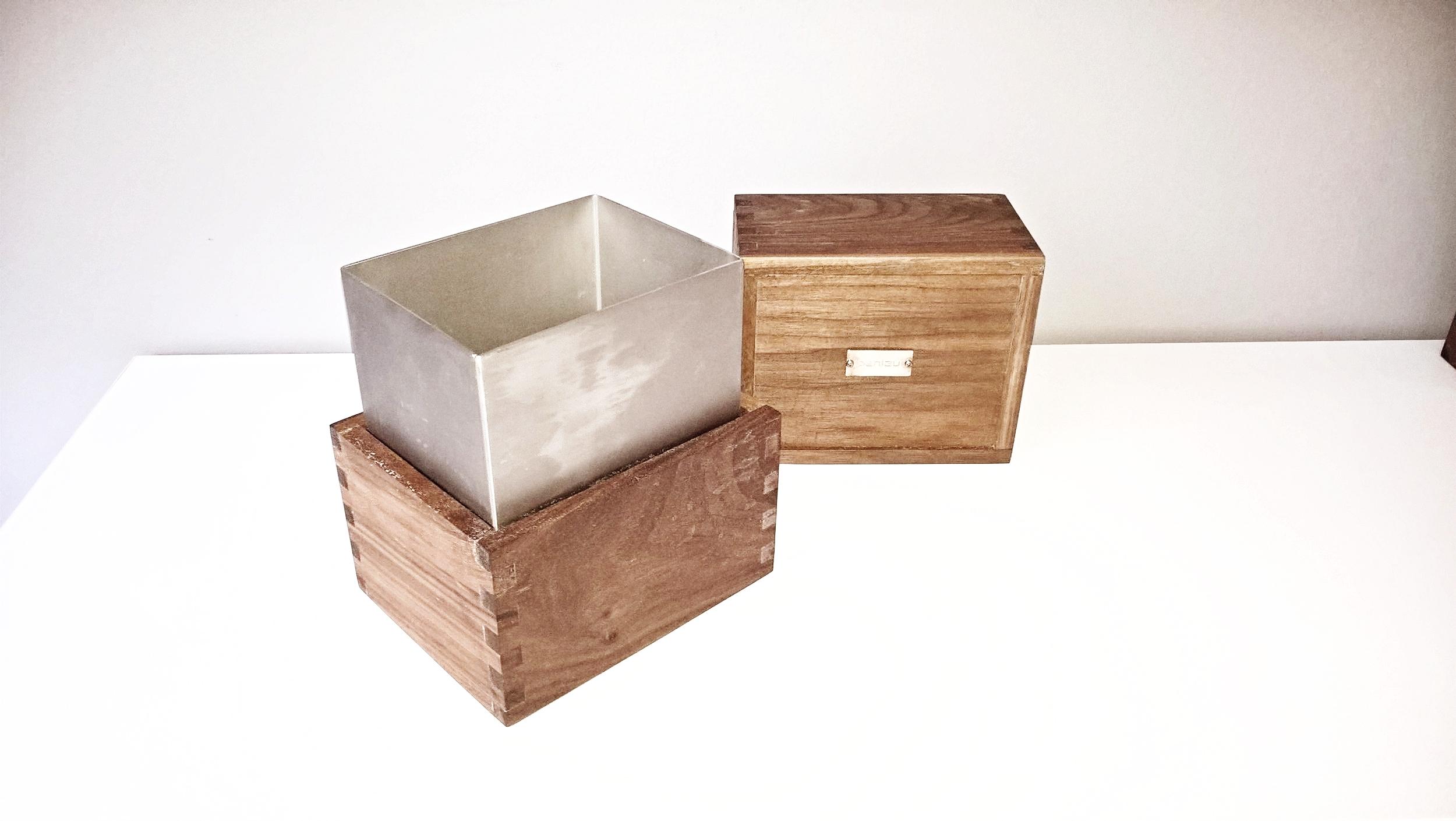 Penlau®  dishbox - medium Træ box, olieret valnød 15,5/12,5/9 cm (b/d/h) stål box, børstet rustfrit stål 13,2/10,215,5 cm (b/d/h) Låg til box, olieret valnød 15,5/12,5/9 cm (b/d/h) Et sæt af 3 dele kr. 975,- En del kr. 350,- Varenr. Box3-555-01-medium