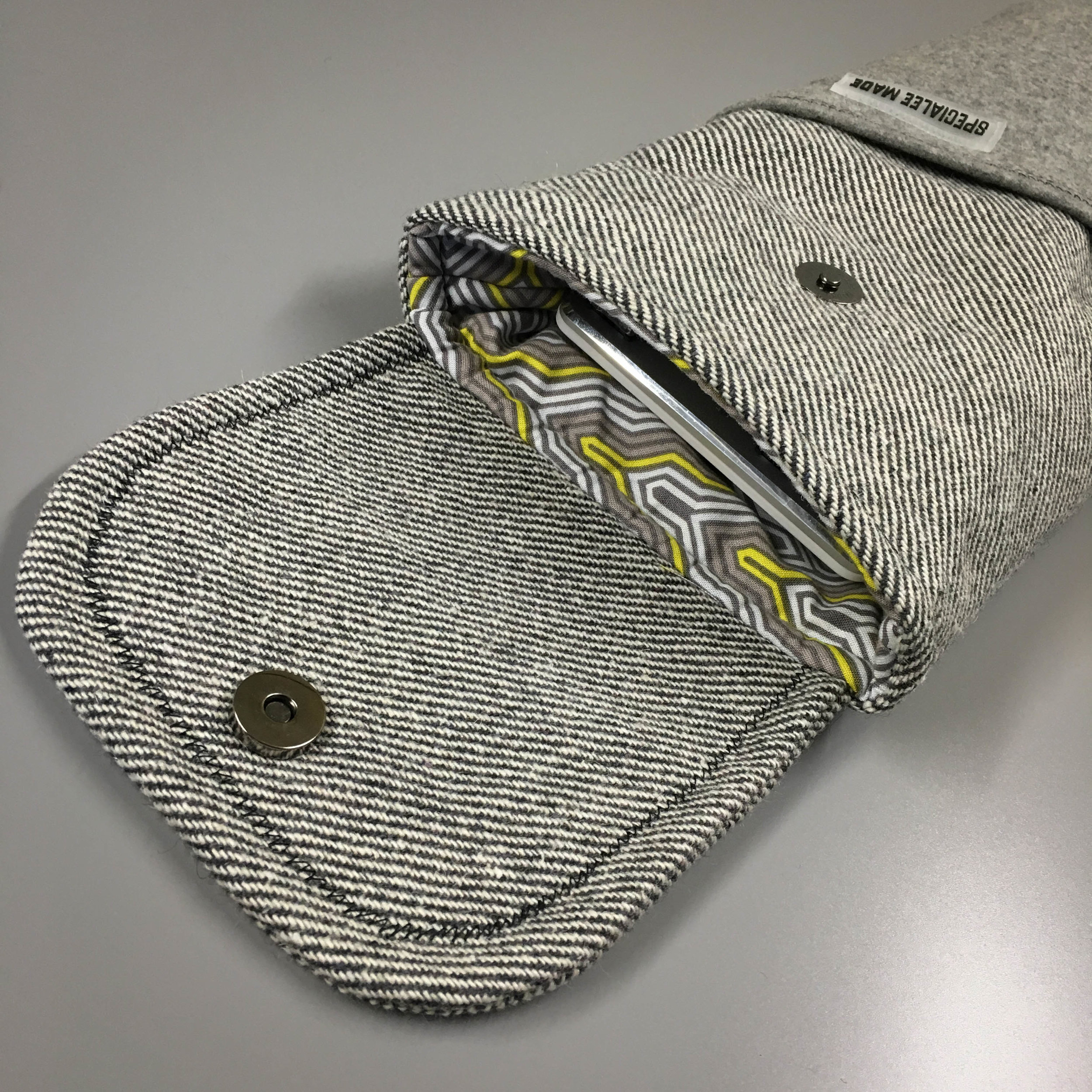 CLOSE STYLE: MAGNETIC FLAP - Magnetic buttonson the flap keep your keyboard fully secure within the sleeve. The number of buttons depends on the size or shape of the flap. Typically, round flaps have onebutton, while square flaps have two.