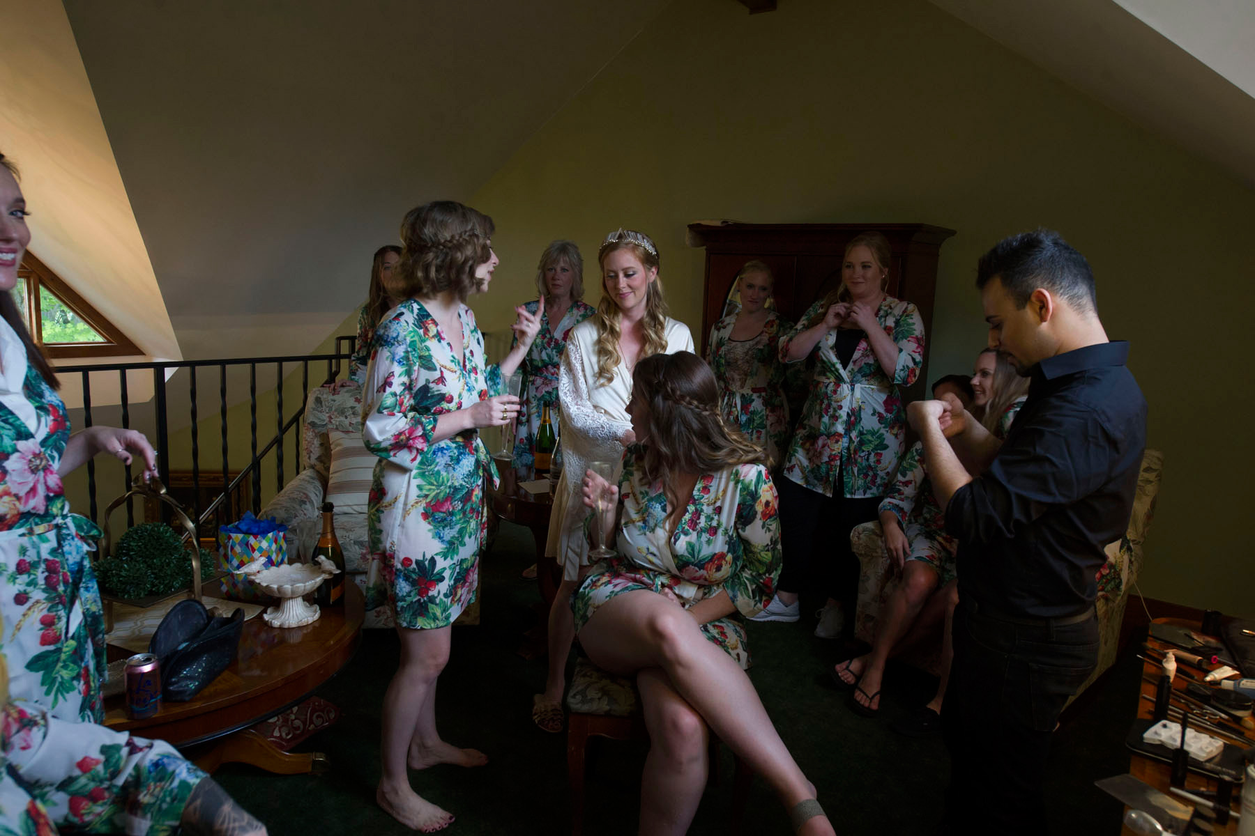 Bucks_County_wedding_photographer_Stroudsmoor_country_inn_wedding_Philadelphia_wedding_photographer_02_Bride_getting_ready_with_bridesmaids_floral_robes_wedding_prep.JPG