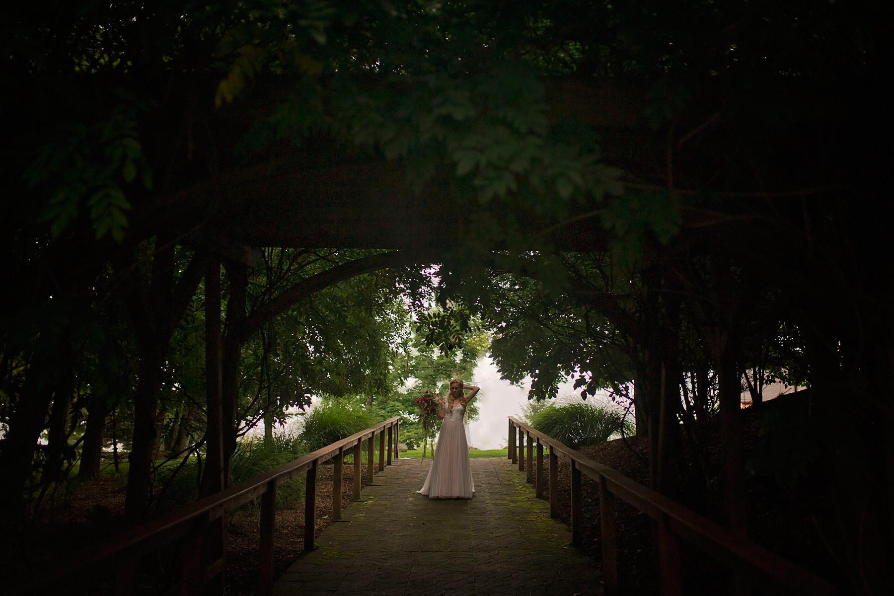 Bucks_County_wedding_photographer_Stroudsmoor_country_inn_wedding_Philadelphia_wedding_photographer_05_fairy_inspired_bride.JPG