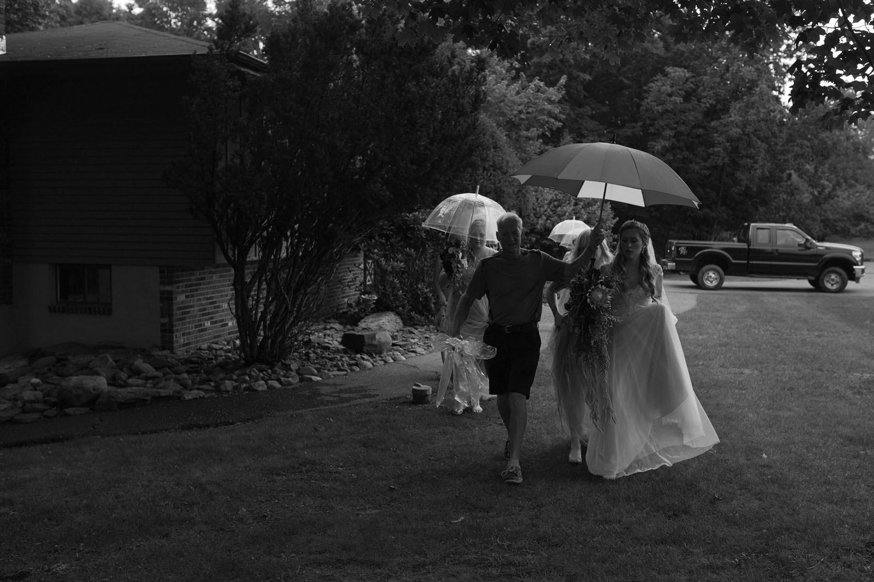 Bucks_County_wedding_photographer_Stroudsmoor_country_inn_wedding_Philadelphia_wedding_photographer_08_rainy_wedding_photo.JPG