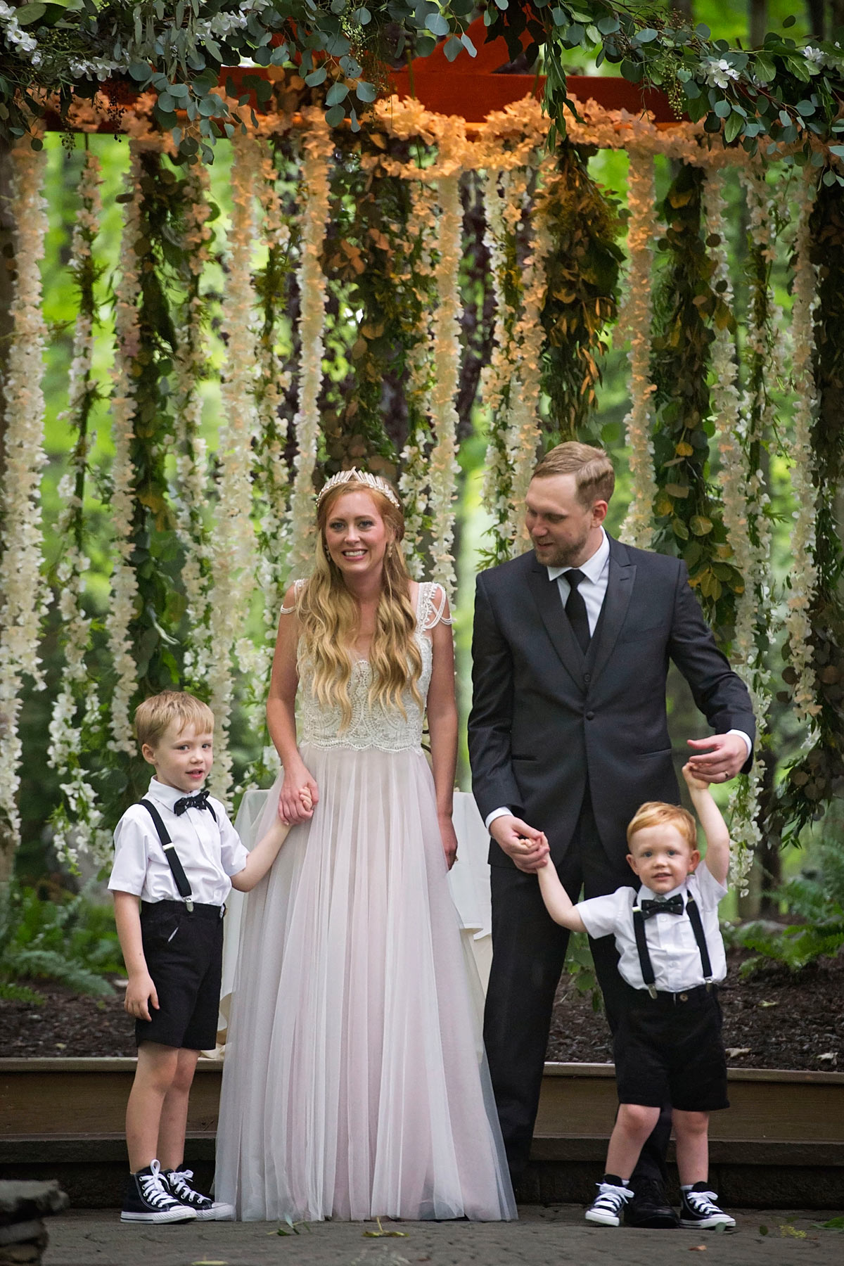 Bucks_County_wedding_photographer_Stroudsmoor_country_inn_wedding_Philadelphia_wedding_photographer_20_flower_backdrop.JPG