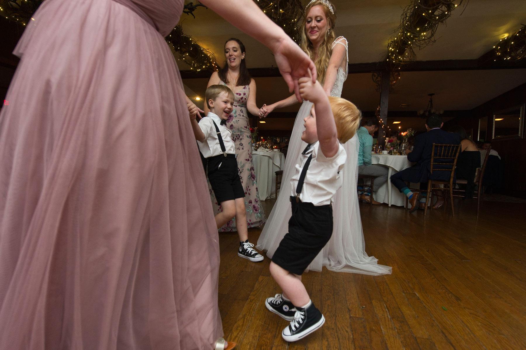 Bucks_County_wedding_photographer_Stroudsmoor_country_inn_wedding_Philadelphia_wedding_photographer_28_we_are_family.JPG