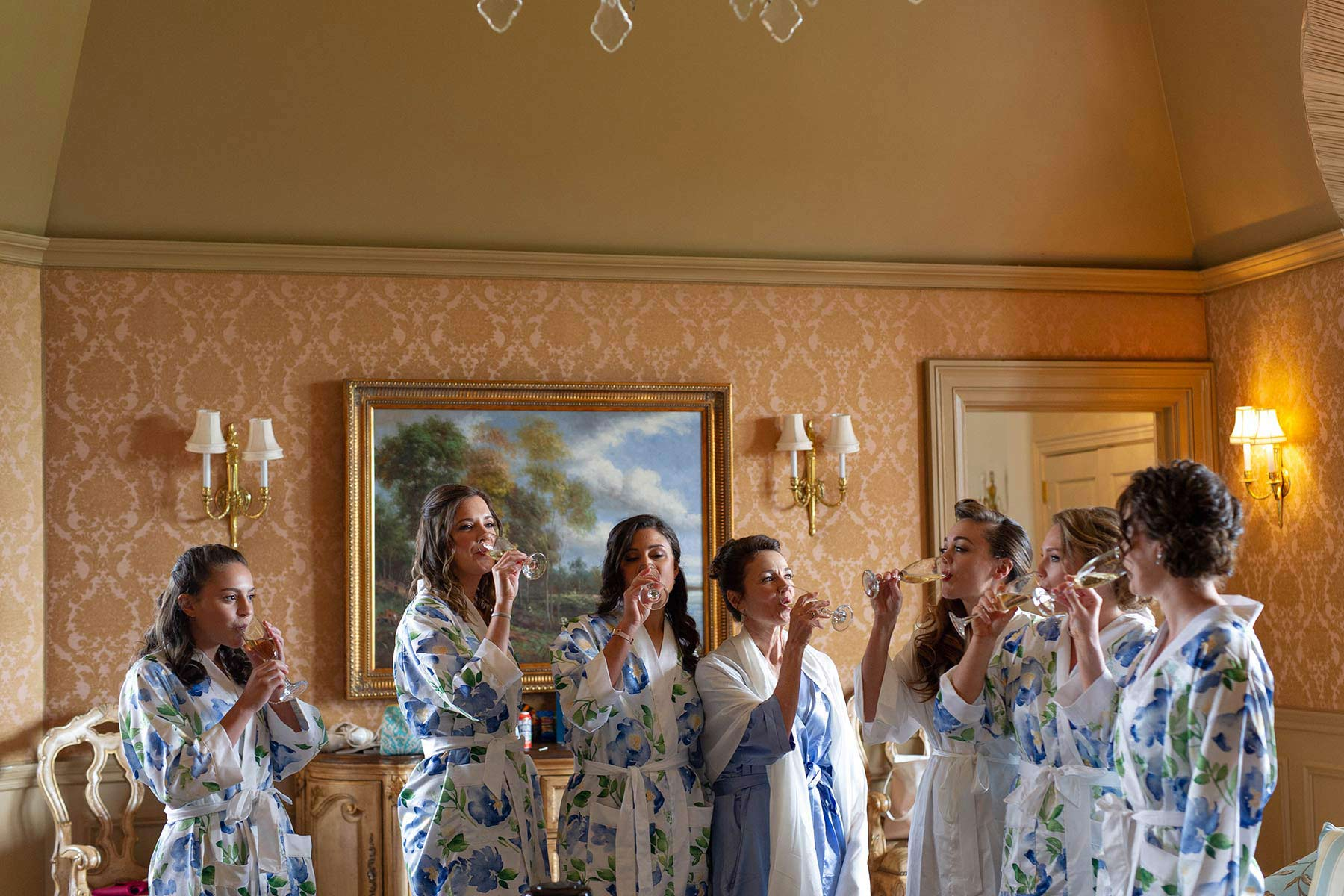 04_Ladies_toast_champagne_in_Oheka_castle.jpg