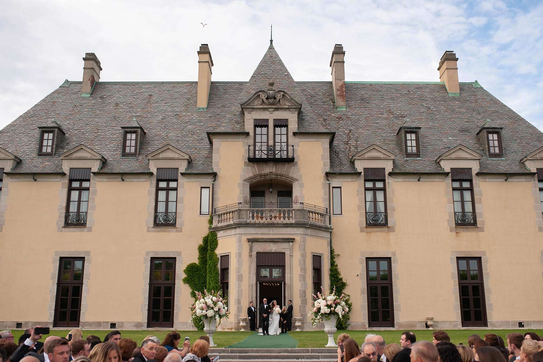 19_Bride_enters_the_aisle_at_Oheka_castle.jpg