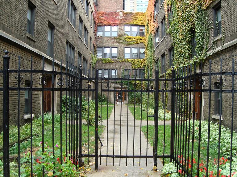 3155-63 N. Hudson - residential courtyard
