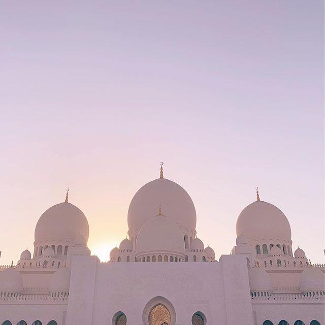 #tbt to this HEAVENLY place. . . . . . . #dubai #travel #insta #instatravel #uae #abudhabi #mosque #beautiful #architecture #love #blogger #fashion