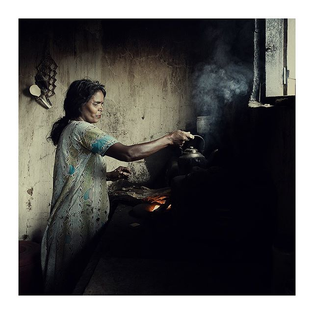 Over ninety five percent of the people have electricity in Sri Lanka, but not everyone could afford one and pay the bill. Certainly not a rubber plantation worker, who is making tea for her guests on a wooden stove.  #tea #travelphotography #teamaker #blacktea #teablack #srilanka #teatime #teatime🍵 #teatime☕️ #photography #photographer #documentaryphotography #documentryphotography #photojournalism #photojournalist #photojournalisme #photojournlism #photojournalisms
