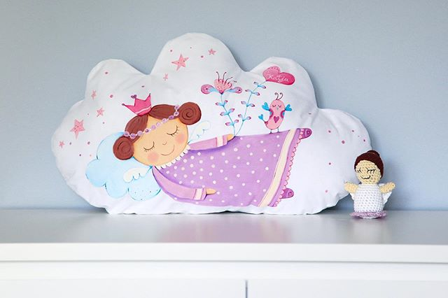 💕 Personalized gift for newborn baby girl 💕 #lescherubins #dominikabozic #lescherubinsbydominika #lescherubinsart #handpaintedpillow #cloudpillow #giftforbaby #nurserydecor #nurserypillow #angelpillow #nurseryinspo #girlsnurserydecor