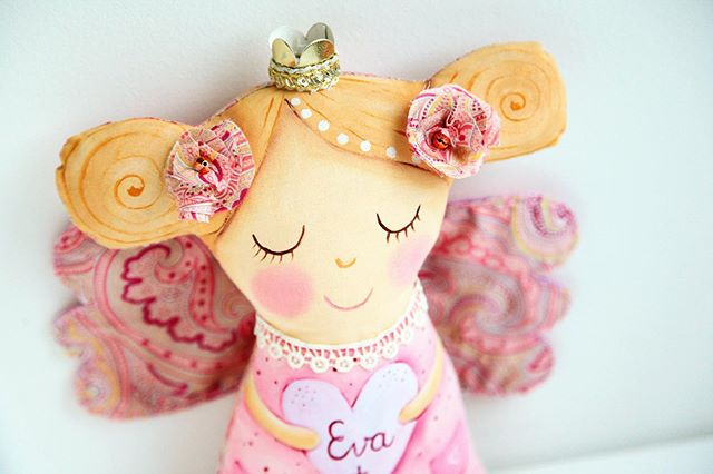 Eva's guardian angel 👼  #babygirlgift #customtoys  #madewithlove #newborngift #1stbirthdaygift #christeninggift #lescherubinsart #lescherubins #dominikabozic #handpainted #handpaintedtoy #handpaintedsign #handpaintedtoys #handpainteddesign #angeltoy #handmadedoll #angeldoll #dolldesign #angeldecor #kidsroomdecor #nurserydecor #nurserydesign #nurseryinspo #kidsroomdecoration