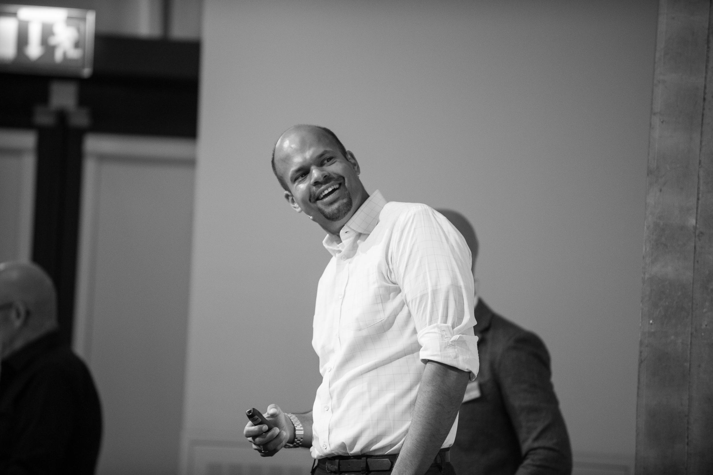 Robindro Ullah ist Buchautor, Referent und Moderator. In seinem neuen Blog  HR in Mind!  bloggt er rund um das Thema Human Resources mit Fokus auf Innovation.