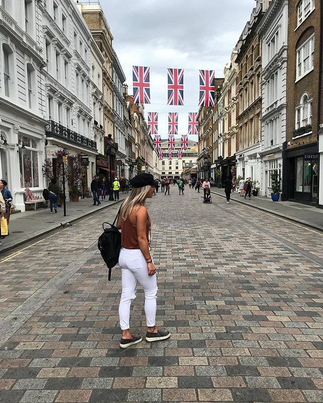 Back in action in my favorite city in the world. Spending this trip discovering new streets, new foods, and a whole lotta new exhibits. • • • • • #travel #travellondon #london #freepeople #raybans #coventgarden #cityoflondon #england #UK #brandymelville