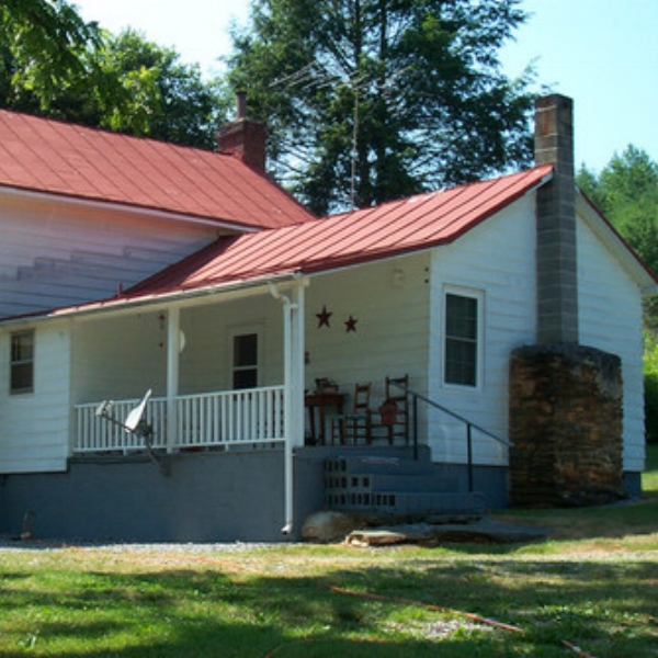 Farm House in Stuart  - This AgroBnB is just like Grandma's house with the farm, large garden and lots of privacy. The Living room is open to the dining room and fully equipped kitchen.