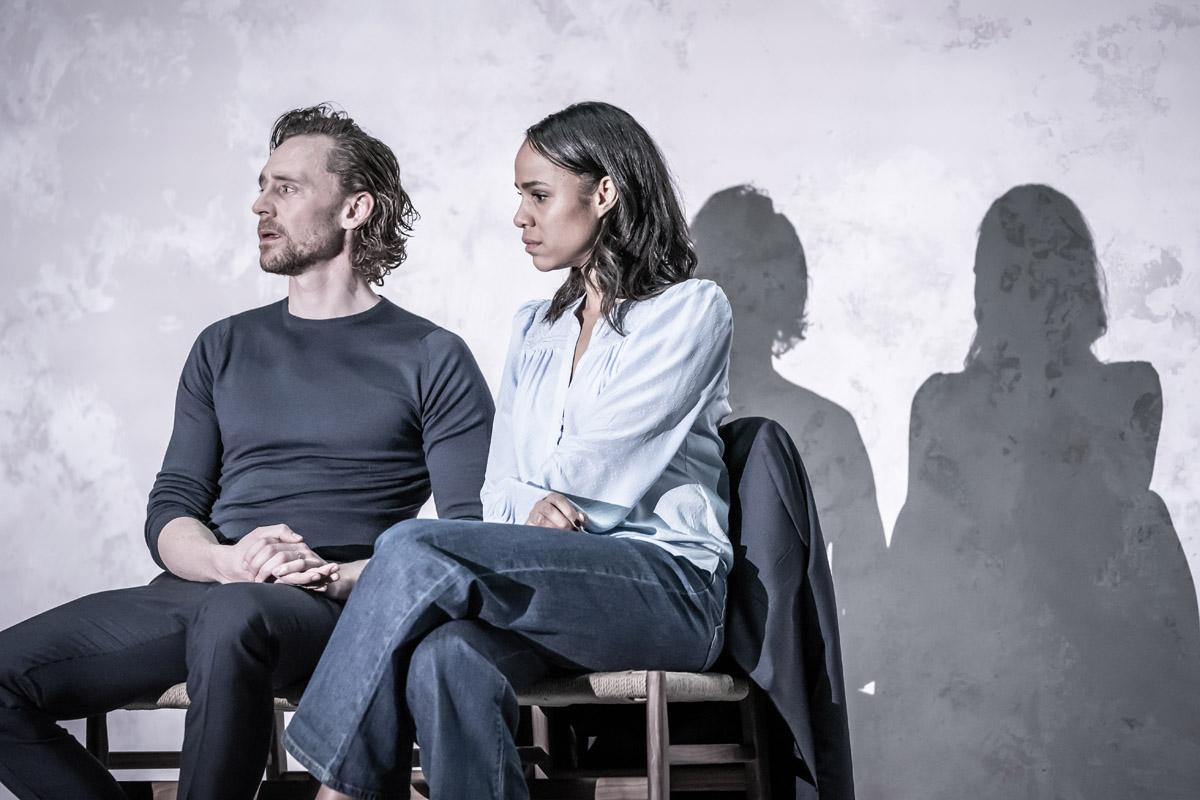 Zawe Ashton (Emma) and Tom Hiddleston (Robert) dans Betrayal   © Marc Brenner