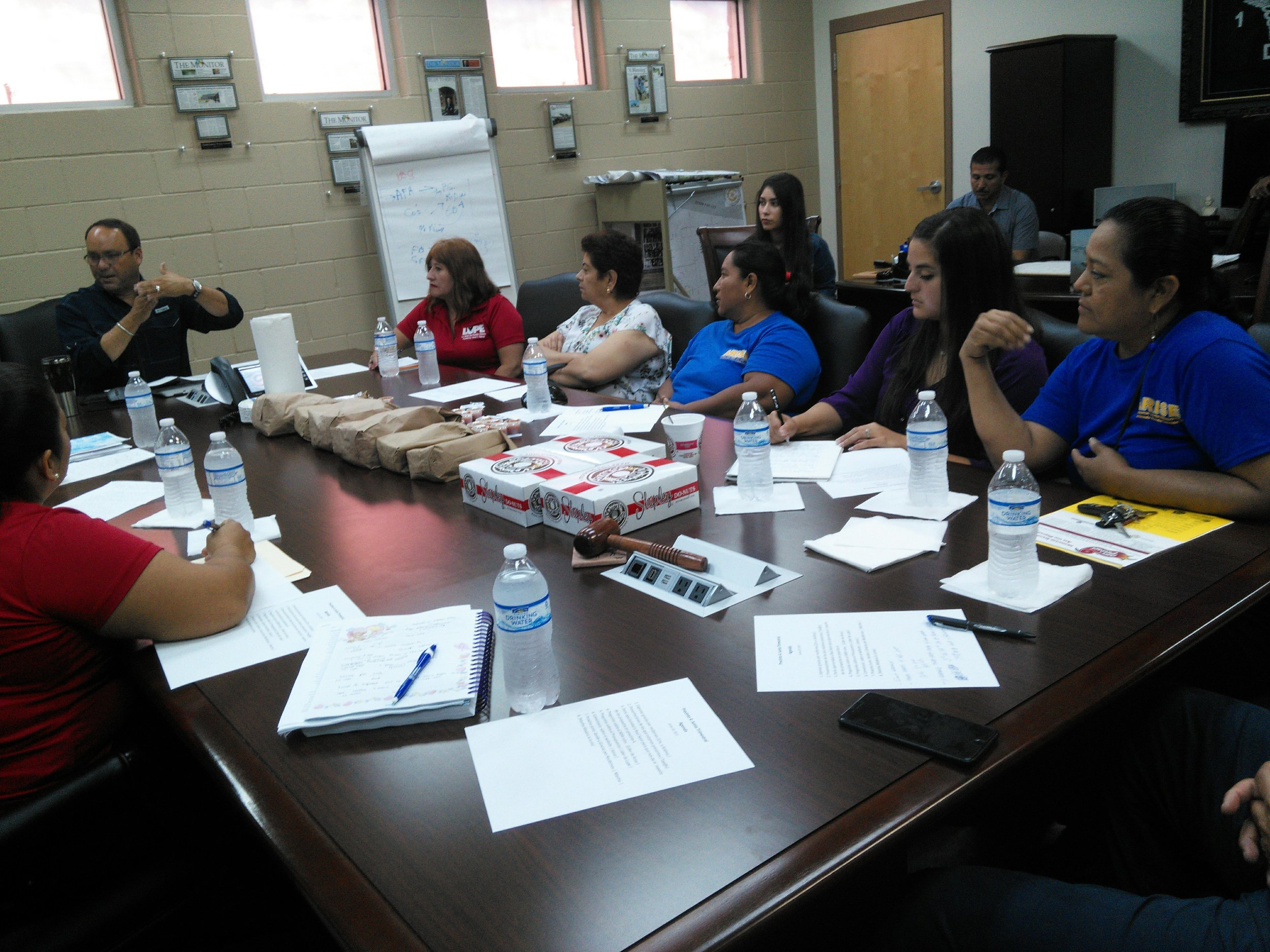 Una de las reuniones trimestrales de ARISE que tenemos en cada recinto con su respectivo comisionado a lo largo de Raul Sesin (Director Principal / Gerente General del Distrito de Drenaje 1). En esta foto usted puede ver al comisionado Joseph Palacios del precinto 4 en un diálogo con los residentes de Colonia.