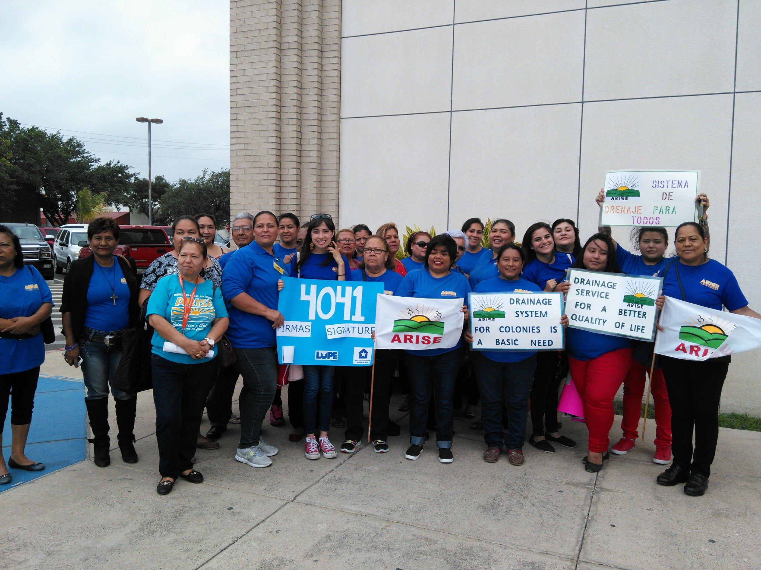 Fuera de la Corte del Comisionado ARISE, LUPE & Texas Vivienda de Bajos Ingresos se convirtió en 4041 firmas de peticiones (nuestro objetivo original era 3000) para los tres objetivos de nuestra campaña de drenaje