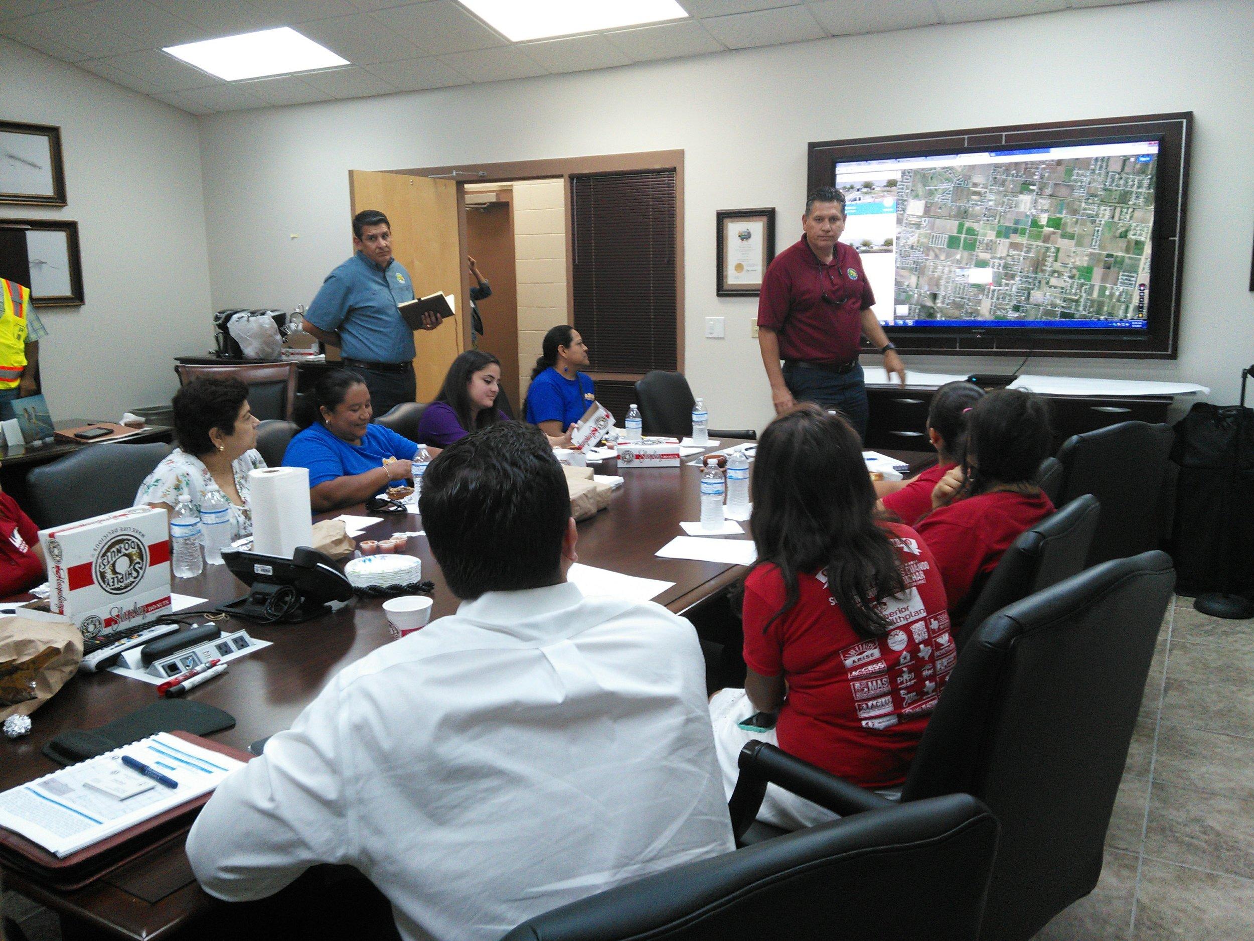 Raul Sesin mostrando los mapas / planes que están afectando a las comunidades con las que LUCHA está trabajando.