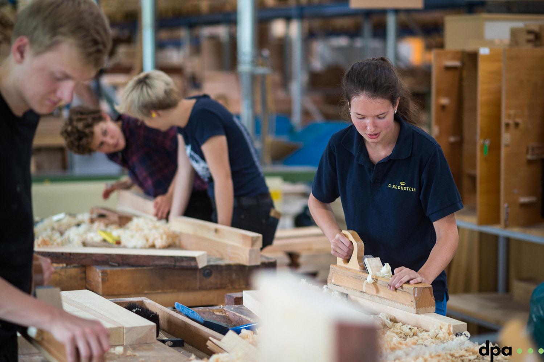 Auszubildende Paula Kiechle bei der Holzgrundausbildung am 06.09.2017 in der C. Bechstein Pianofortefabrik AG in Seifhennersdorf (Sachsen). //Foto: Pawel Sosnowski