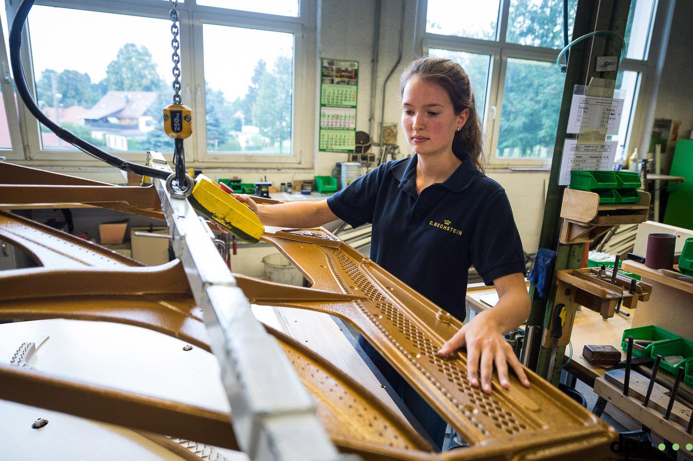 Auszubildende Paula Kiechle bei Gussplatte aufpassen in der Abteilung Klangkoerperbau am 06.09.2017 in der C. Bechstein Pianofortefabrik AG in Seifhennersdorf (Sachsen). //Foto: Pawel Sosnowski