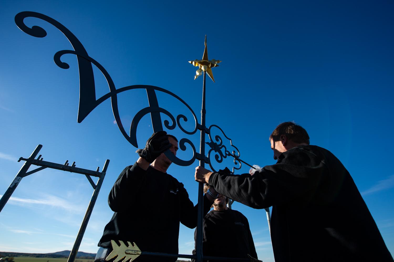 Gersdorf, 31.10.2018. Restaurierter Turmkugel wird auf die Kirche in Gersdorf gebracht. Die Handwerker befestigen die Wetterfahne.//Foto: Pawel Sosnowski www.pawelsosnowski.com