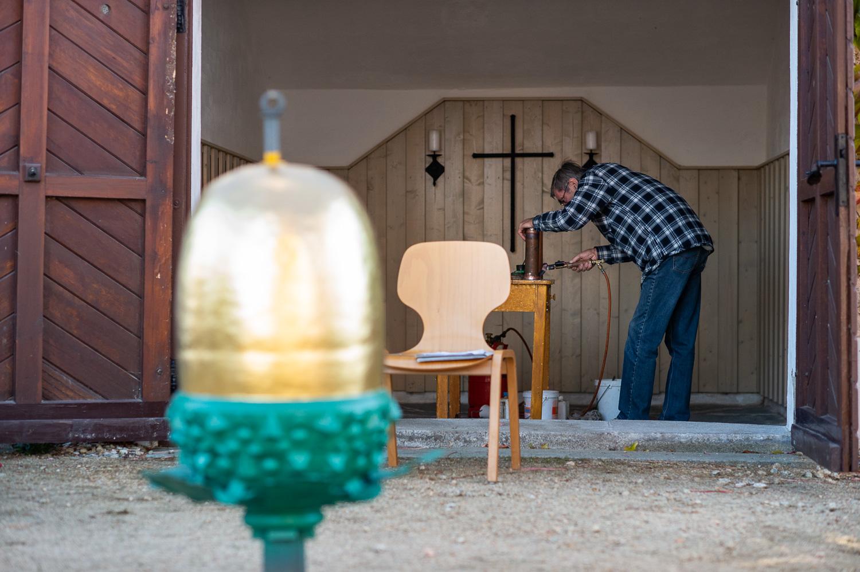 Gersdorf, 31.10.2018. Restaurierter Turmkugel wird auf die Kirche in Gersdorf gebracht. Die alte und neue Kartusche wird vorbereitet.//Foto: Pawel Sosnowski www.pawelsosnowski.com