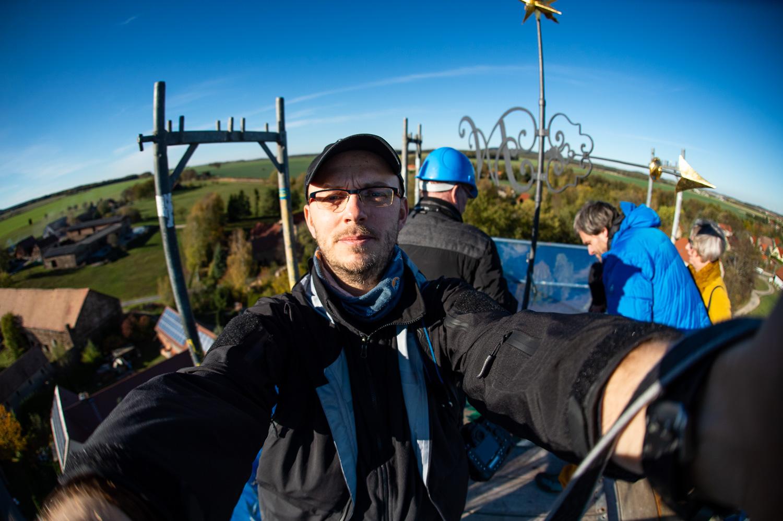 Gersdorf, 31.10.2018. Restaurierter Turmkugel wird auf die Kirche in Gersdorf gebracht.//Foto: Pawel Sosnowski www.pawelsosnowski.com