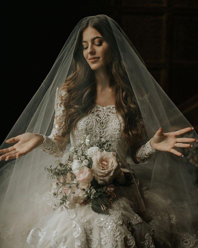 Goddess. 📷 @juliaarceri  #montgomerycounty #phillybride #phillygram #njbride #bride #centerpiece #bouquet #floralfix #retrobride #destinationphilly #destinationphiladelphia
