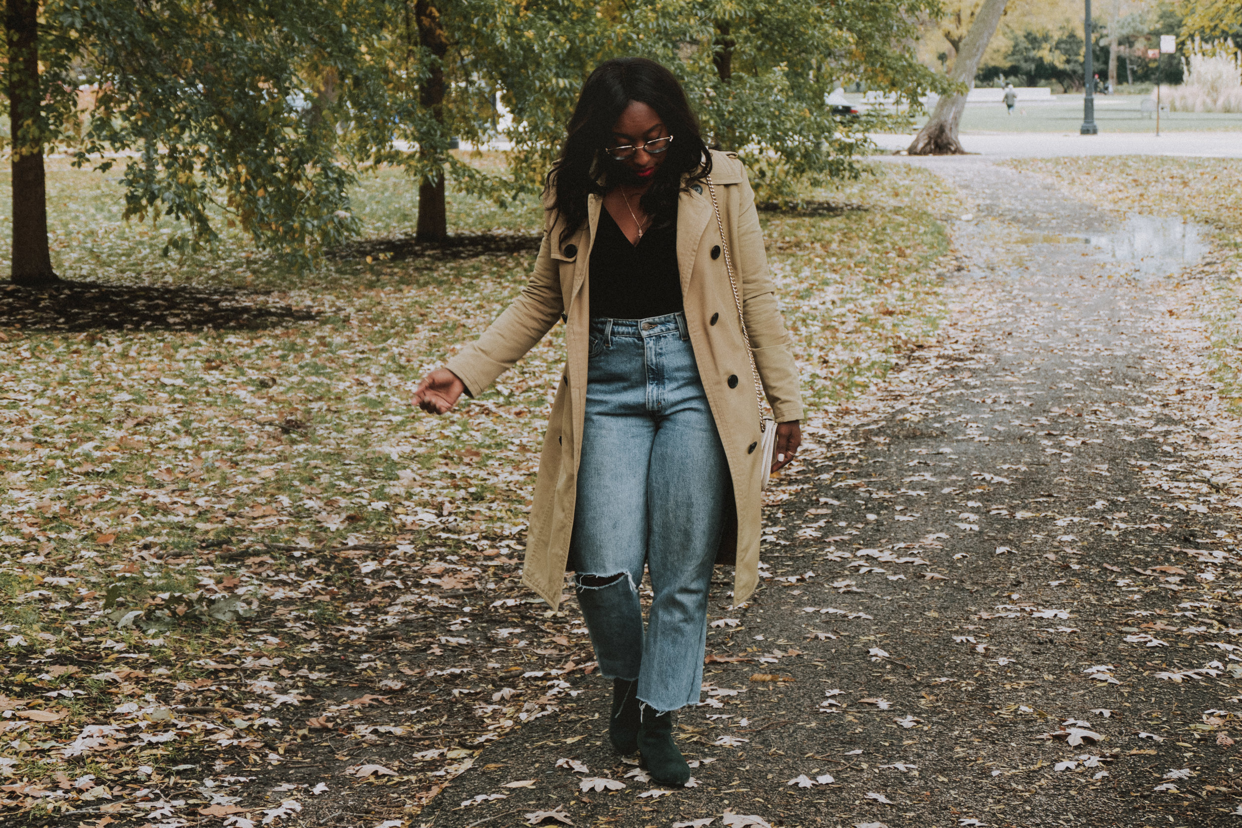 Trench coat outfit, mom jeans, suede boots, fall fashion outfits, fall fashion 2018, fall fashion trends 2018