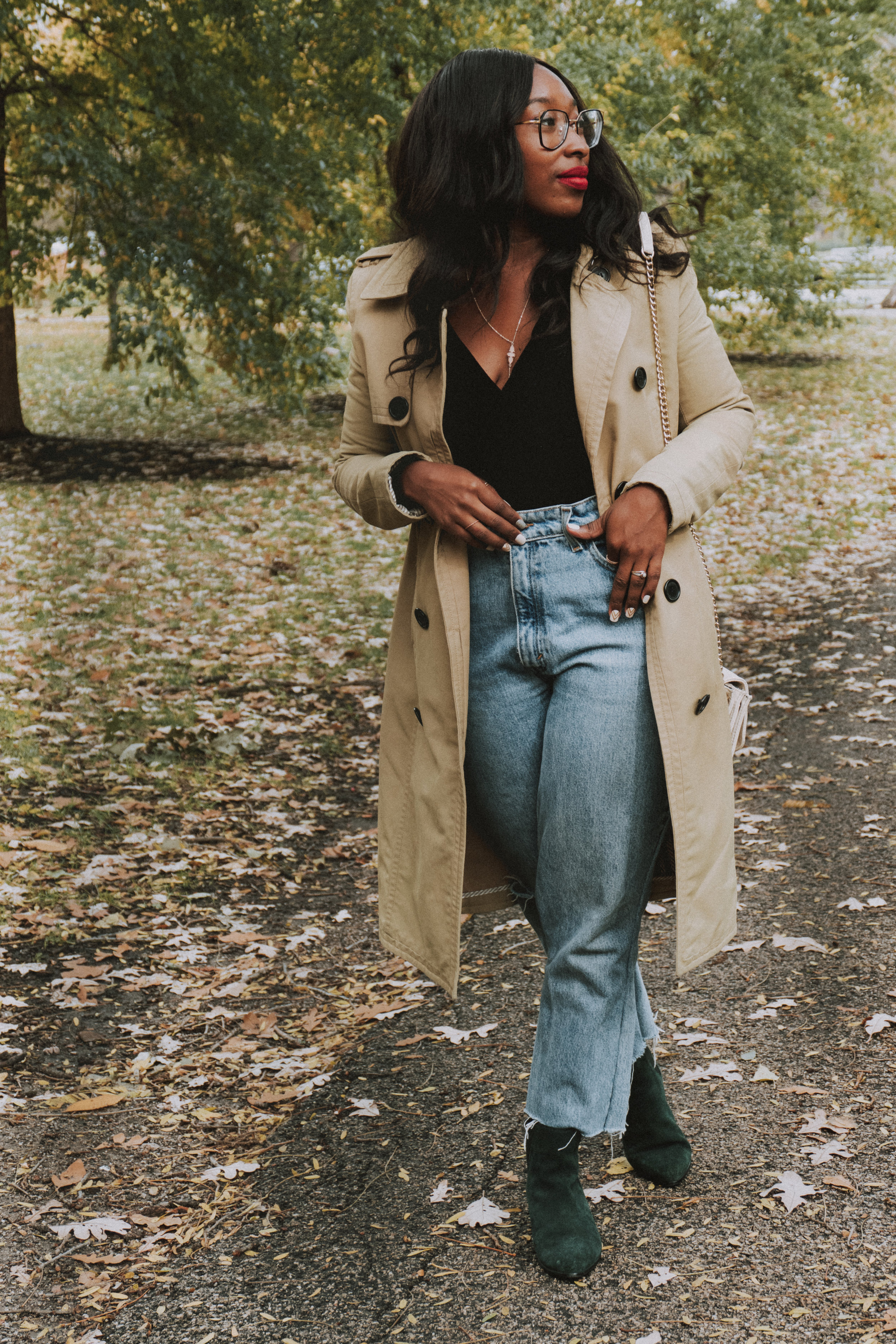 how to style a trench coat, trench coat outfit ideas, mom jeans, how to style mom jeans, how to style a black bodysuit, how to style a bodysuit