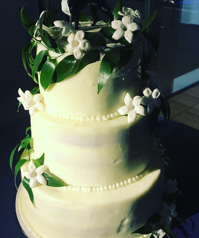 This LIL BEAUTY. #spottedhencatering #redvelvetcake with #stephanotis (one of my fave flowers). #weddingcake #redvelvetweddingcake #creamcheesefrosting #laweddingcaterer