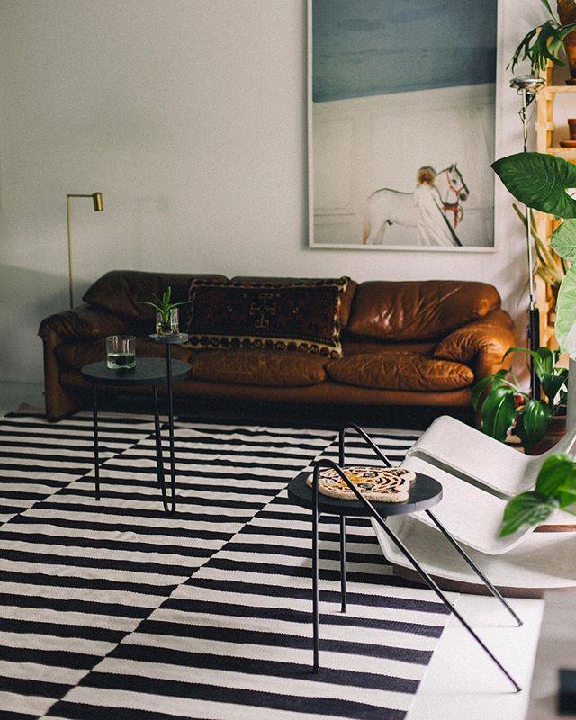 mesa fala coleção carbono cercada de belas peças no incrível apartamento do @mauricioarruda . o ensaio completo com as fotos do @geelherme está no nosso site! link na bio ✨ #acasadomauricio