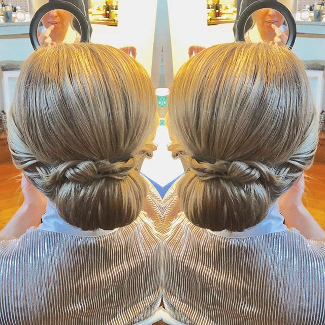 Low chignon for my gorgeous @stylemebar bride 🥰 @aubreykaye #dcbride #dcwedding #bringingthesalontoyou