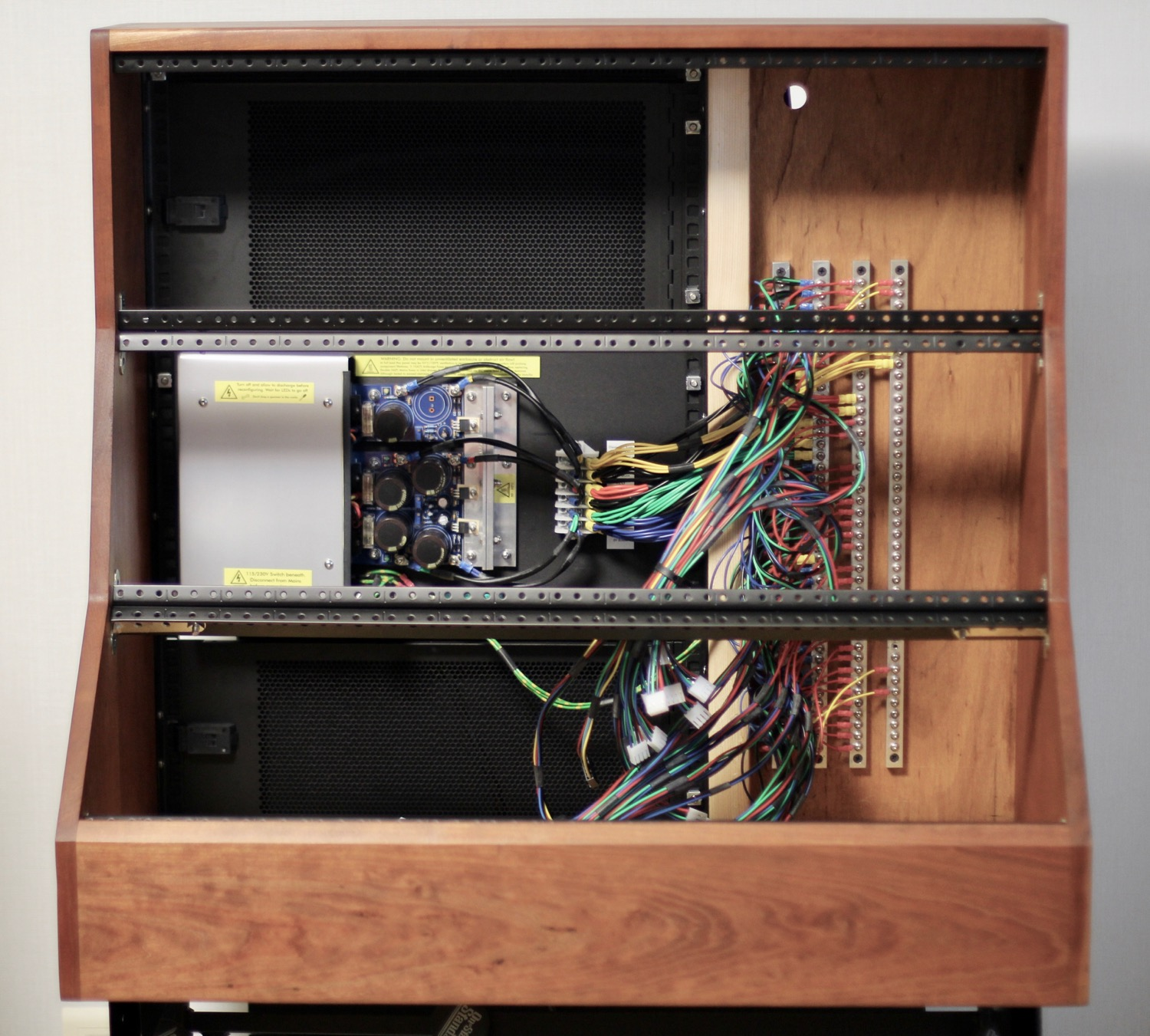 Installed busbar power distribution system, and metal mounting rails for modules
