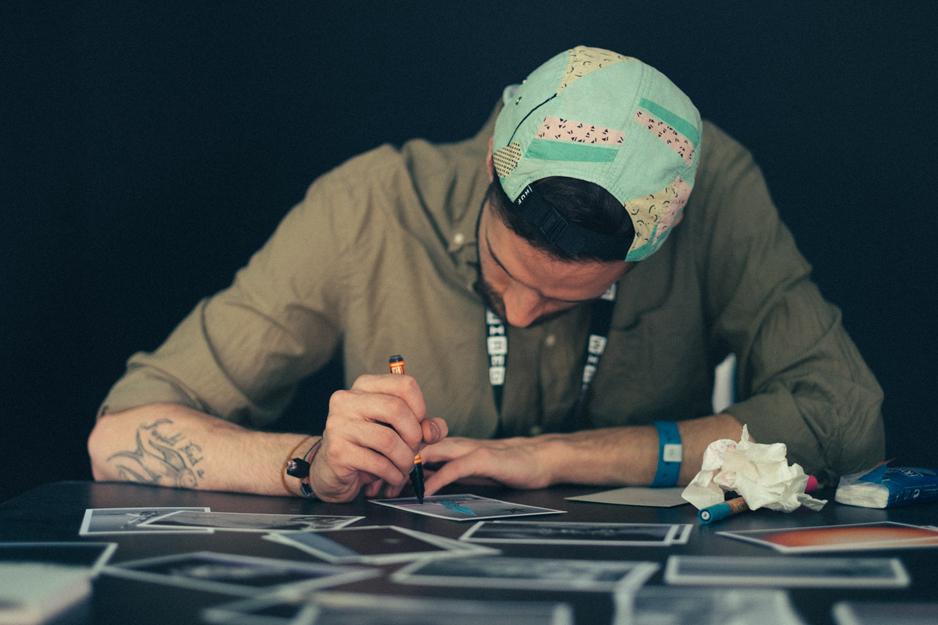 ALESSANDRO CRIPSTA   Alessandro Cripsta è un illustratore e artista grafico nato in provincia di Como. Ama costruire immagini che fanno eco all'inconscio collettivo, prendendo ispirazione da simboli antichi e pitture metafisiche. Orizzonti ampi dove cadono ombre lunghe. Dal 2016 è rappresentato da Visionar.