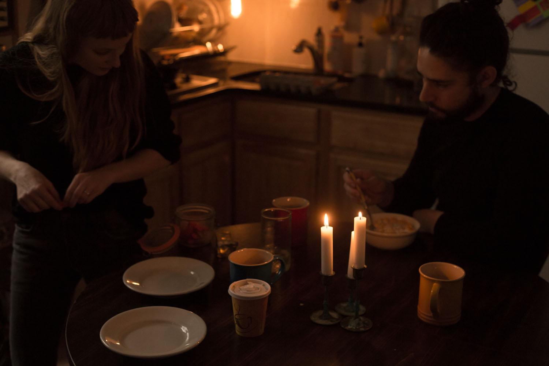 family eating breakfast in the dark family photographer