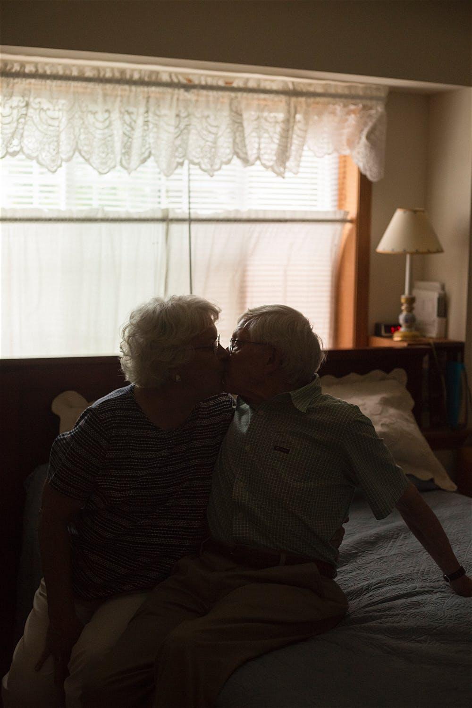 couple kissing manhattan anniversary shoot