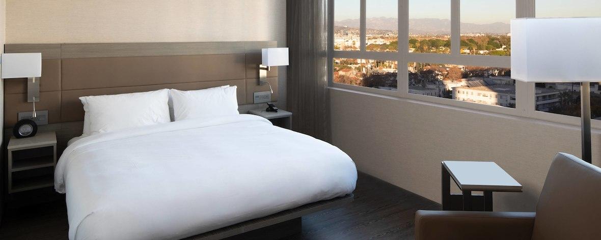 laxab-king-guestroom-6716-hor-feat.jpg