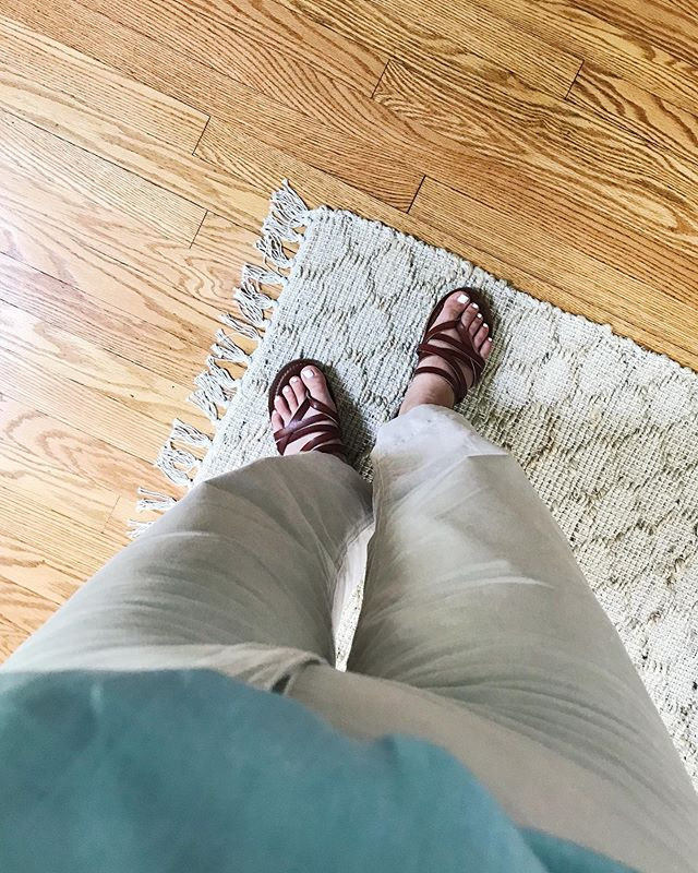 Wide leg pants and a pedi to match 👌🏼 Also, may or may not have spilled coffee on these pants...so if anyone has tips on how to get coffee stains out of white clothing hit me up!!