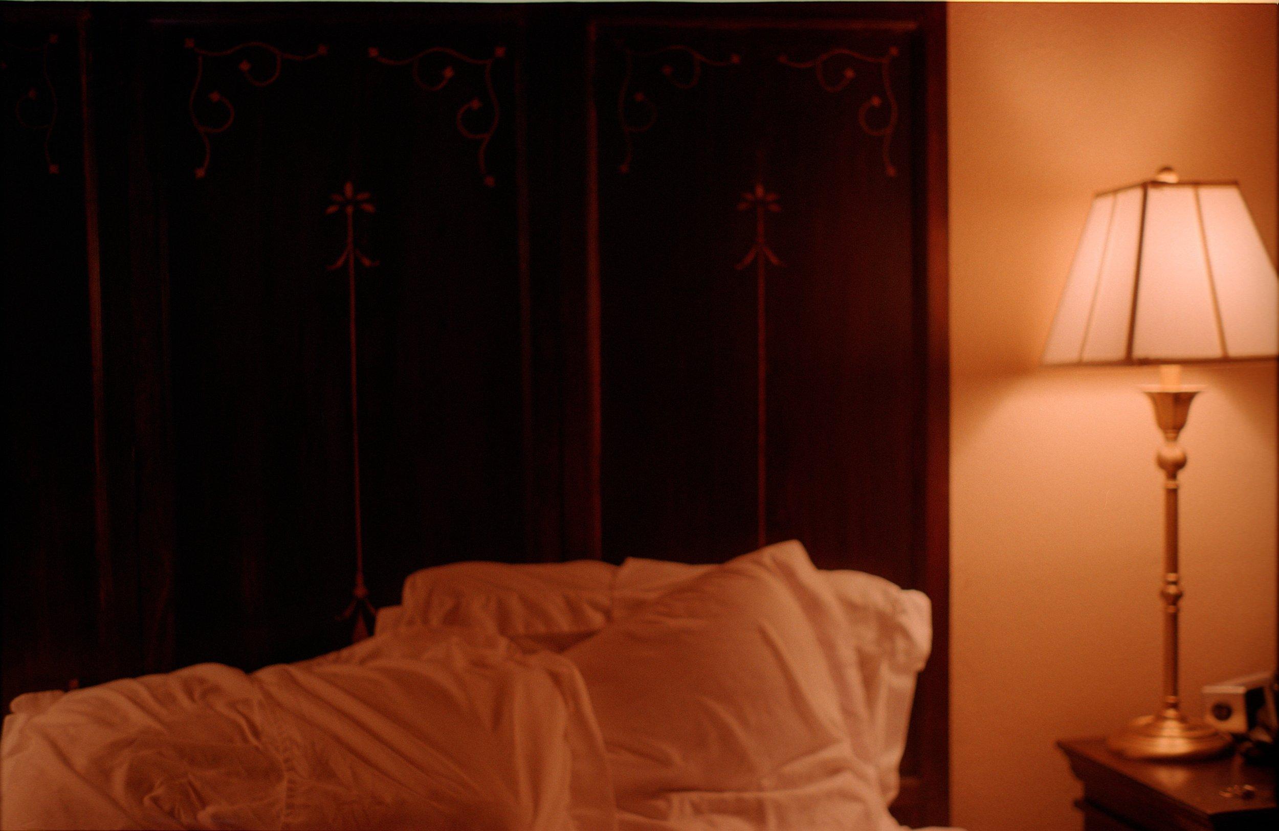 los vientos, bed and lamp