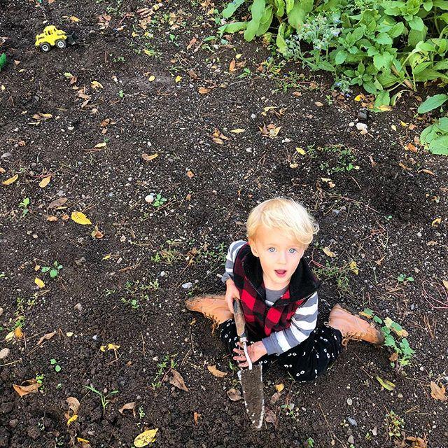John just kissed a worm • • • #lastchildinthewoods #carefulfarming #organicsoil #organicag #earthlove #thankful #sweetheart #mommaworm #southernontario #cayugaontario